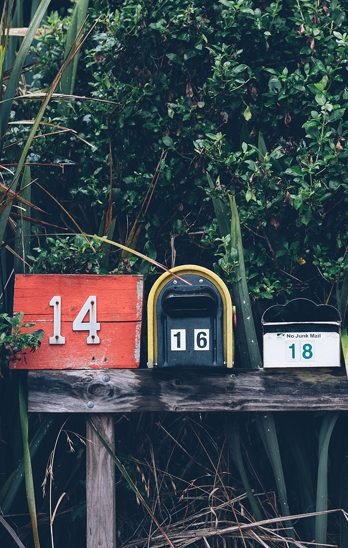Caixas de correio no meio de um jardim
